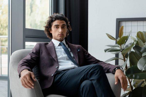 бизнесмен в кресле